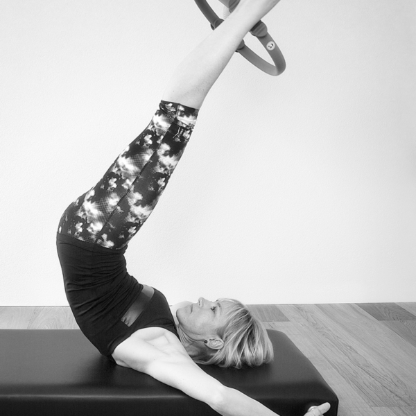Social52.ch Fitness and Portrait Photography - Esther of Massage & Pilates demonstrates Pilates Jack-Knife Exercise